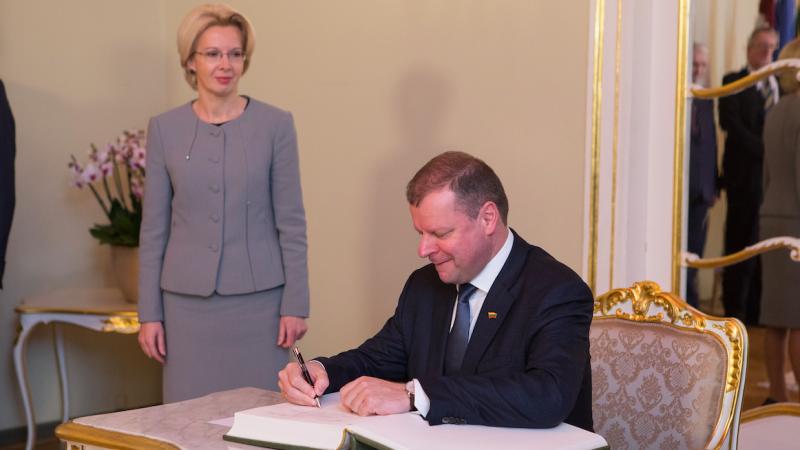 Premier Litwy Saulius Skvernelis (siedzi). W tle stoi przewodnicząca parlamentu Łotwy Ināra Mūrniece, źródło: Flickr/Saeima, fot. Ernests Dinka, Saeimas Administrācija