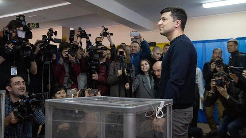 Zwycięzca I tury wyborów prezydenckich na Ukrainie Wołodymyr Zełenski przy urnie wyborczej, źródło facebook Команда Зеленського