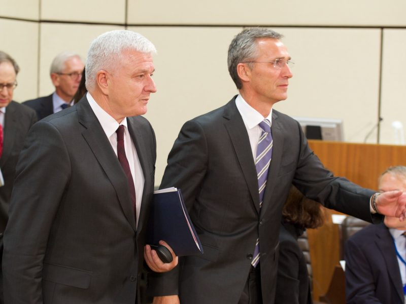 Sekretarz Generalny NATO Jens Stoltenberg z premierem Czwrnogóry Dusko Markovic, fot. NATO [Flickr]