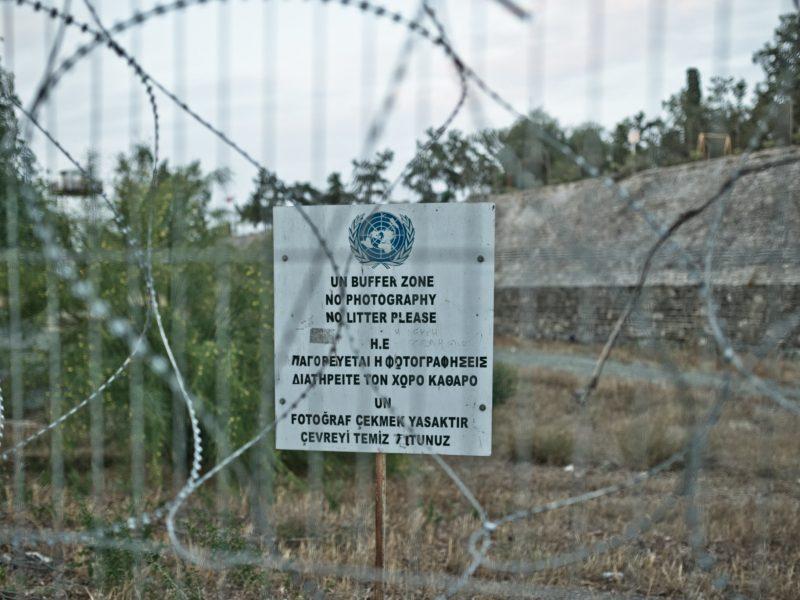 Granica strefy buforowej między Republiką Cypryjskąa TureckąRepubliką Cypru Północnego (tzw. Zielona Linia), źródło: Flickr, fot. Marco Fieber