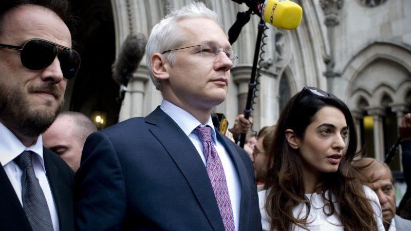 Julian Assange (w środku) przed budynkiem sądu w Londynie, źródło: Flickr/acidpolly (CC BY-NC-SA 2.0)
