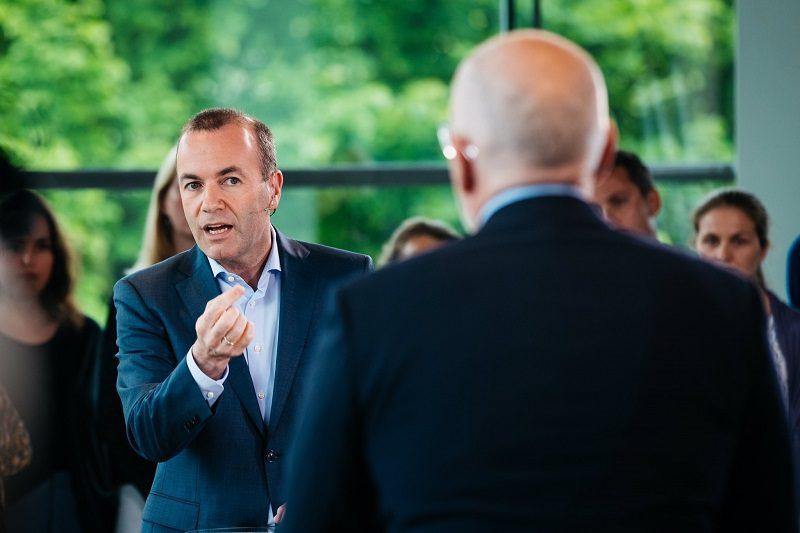 Dwaj najpoważniejsi kandydaci na szefa KE - Manfred Weber (EPL) i Frans Timmermans (S&D), źródło twitter ManfredWeber