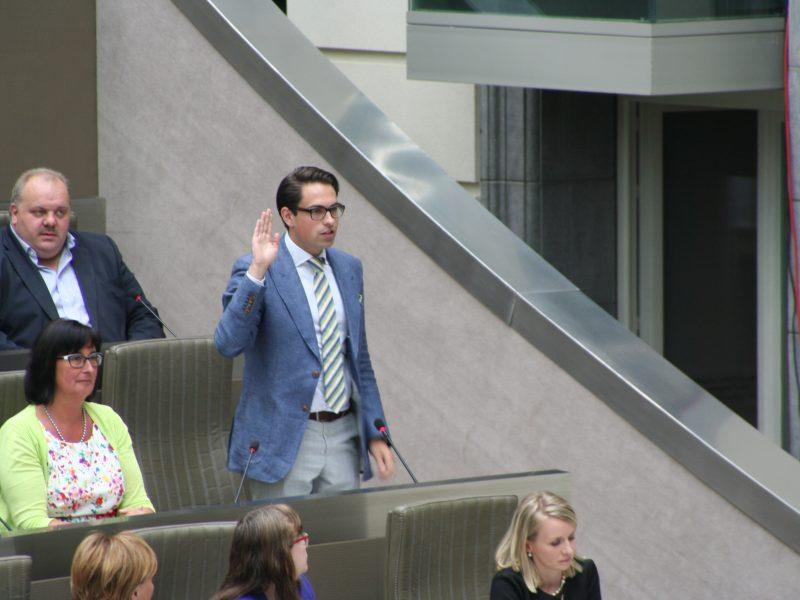 Tom Van Grieken składa przysięgę jako członek lokalnego Parlamentu Flandrii, źródło: Wikipedia, fot. Zwijger13 (CC BY-SA 4.0)