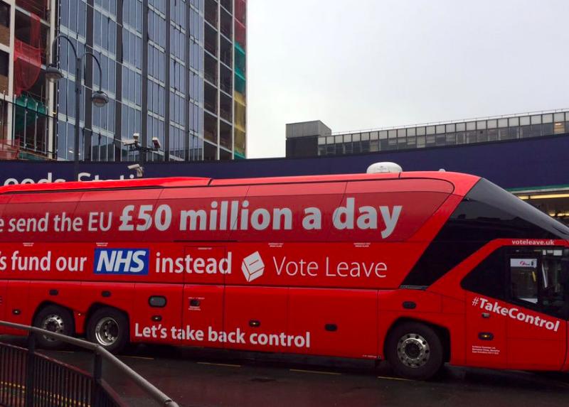 "Autobus z hasłem kampanii ""Vote Leave"", źródło: Twitter/Faisal Islam (@faisalislam)"