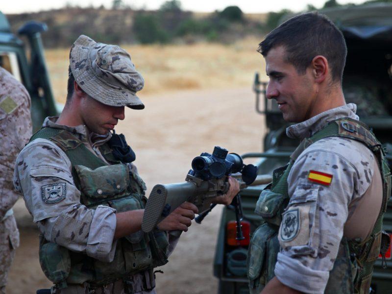 Hiszpańscy żołnierze podczas wspólnych ćwiczeń z żołnierzami z USA, źródło: Official U.S. Marine Corps, fot. Cpl. Michael Petersheim (CC0 Public Domain)