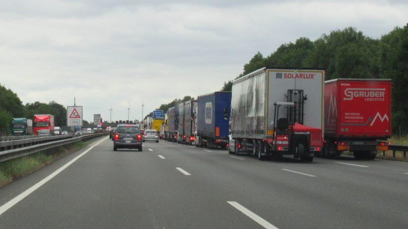 Ciężarówki na autostradzie, źródło: Flickr/European Roads (CC BY-NC-SA 2.0)