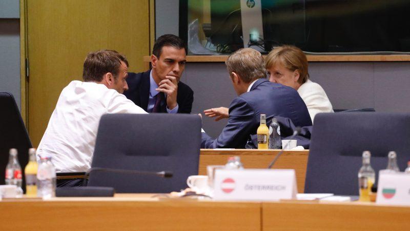 (Od lewej) Prezydent Francji Emmanuel Macron, premier Hiszpanii Pedro Sanchez, przewodniczący Rady Europejskiej Donald Tusk oraz kanclerz Niemiec Angela Merkel rozmawiająna marginesie szczytu w Brukseli, źródło: European Council, copyright: EU
