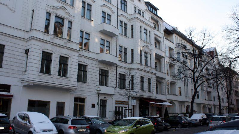Kamienice przy Leibnitzstrasse w berlińskiej dzielnicy Charlottenburg, czyli jedna z ulic tzw. Golden Ecke (Złotego Rogu). To tu czynsze za wynajem mieszkań w Berlinie należą do najwyższych w mieście. Źródło: Wikipedia, fot. Dguendel (CC BY 3.0)