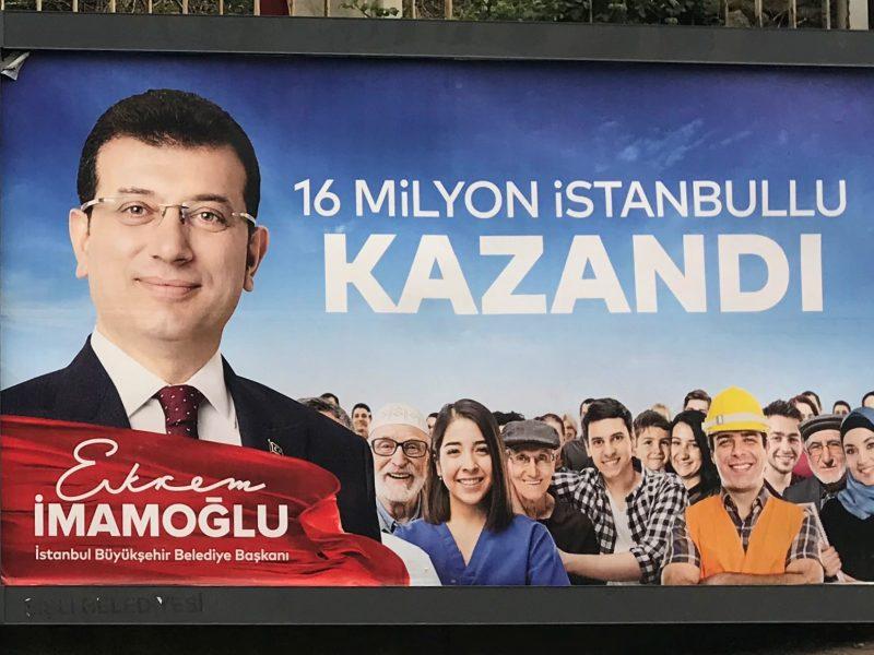 Plakat wyborczy Ekrema Imamoglu, źródło: Wikipedia. fot. MHIRM (CC BY-SA 3.0)