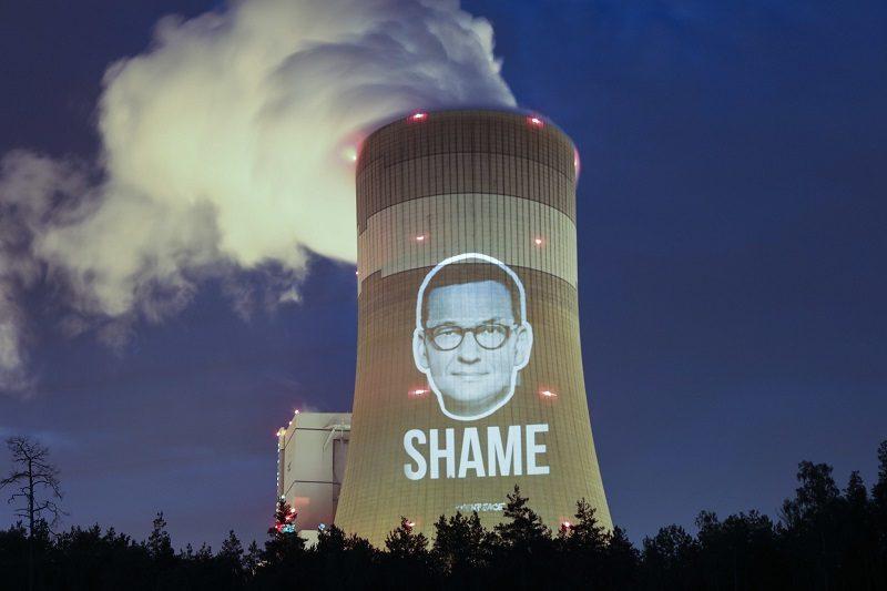 Wizerunek premiera Morawieckiego i napis shame na kominie elektrowni, źródło flickr.comphotosgreenpeacepl