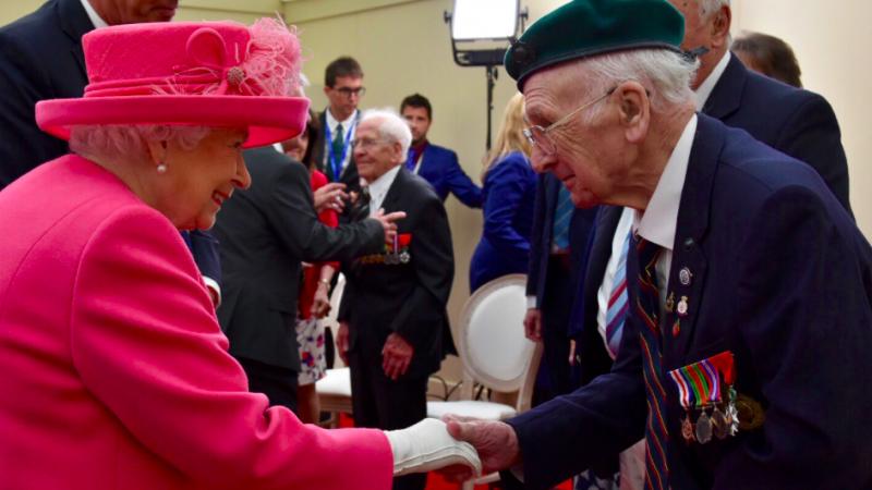 Królowa Elżbieta II podczas spotkania z weteranami walk w Normandii, źródło: Twitter/The Royal Family (@royalfamily)