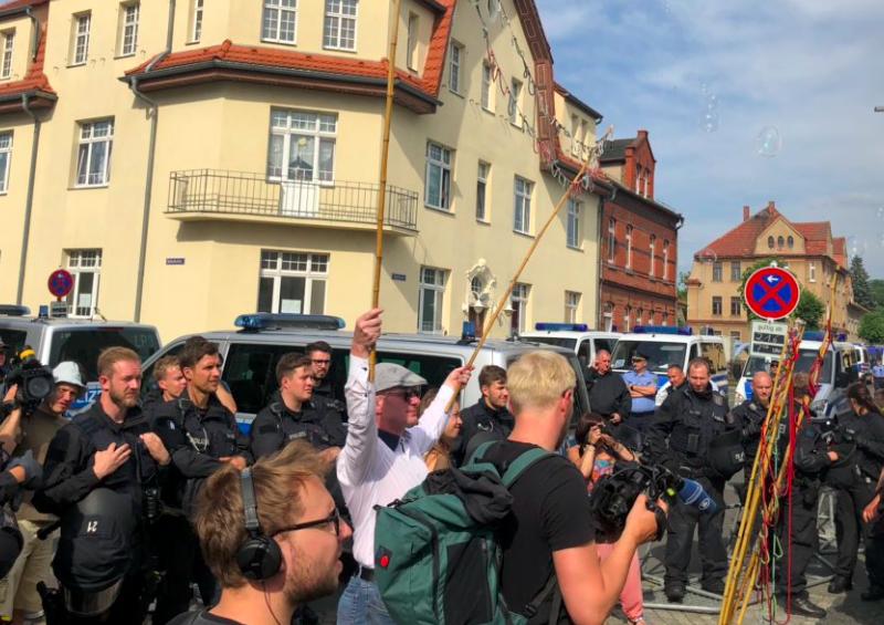 Manifestacja przeciw neoanazistowskiemu festiwalowi w Ostritz, źródło: Twitter/Initiative «Rechts rockt nicht!» (@rechtsrocktnich)