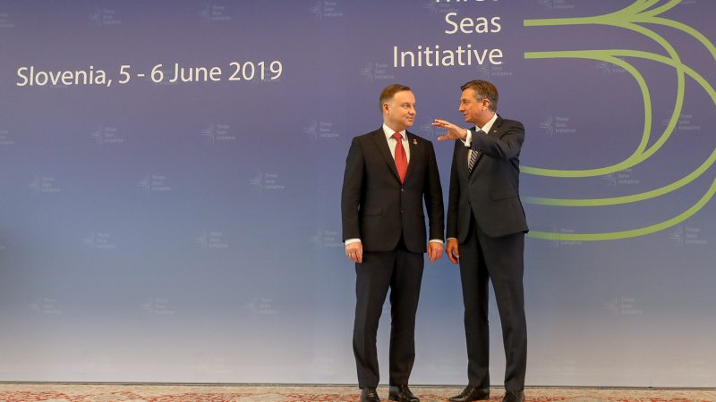 Powitanie Prezydenta Andrzeja Dudy przez Prezydenta Słowenii Boruta Pahora na IV szczycie Inicjatywy Trójmorza, którego gospodarzem jest w tym roku Słowenia [Kancelaria Prezydenta RP]