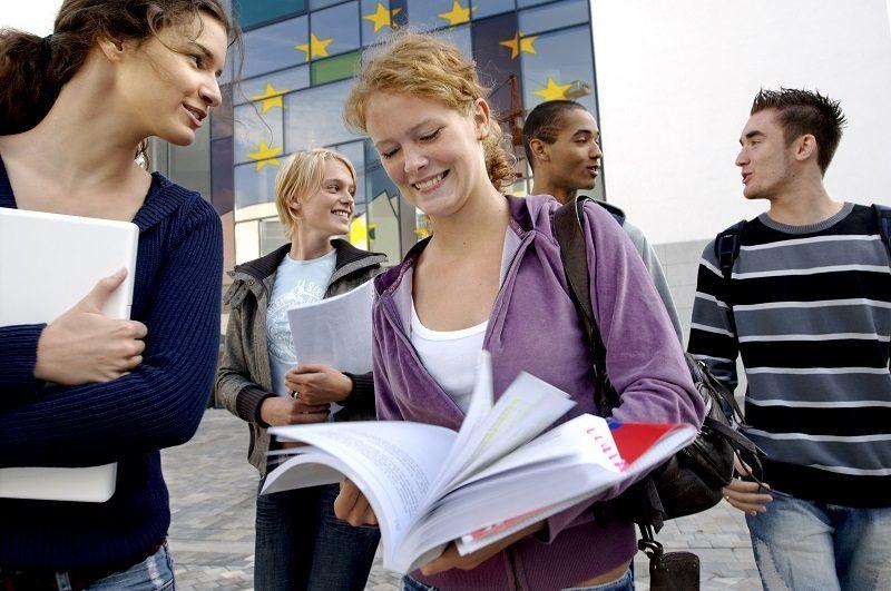 Młodzież, w tle unijne gwiazdki, źródło EC - audiovisual Service