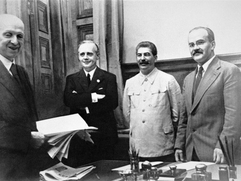 23 sierpnia 1939 roku w Moskwie. Od lewej stoją: szef działu prawnego niemieckiego MSZ Friedrich Gauss, niemiecki minister spraw zagranicznych Joachim von Ribbentrop, Józef Stalin oraz minister spraw zagranicznych ZSRR Wiaczesław Mołotow. [Wikipedia, domena publiczna]