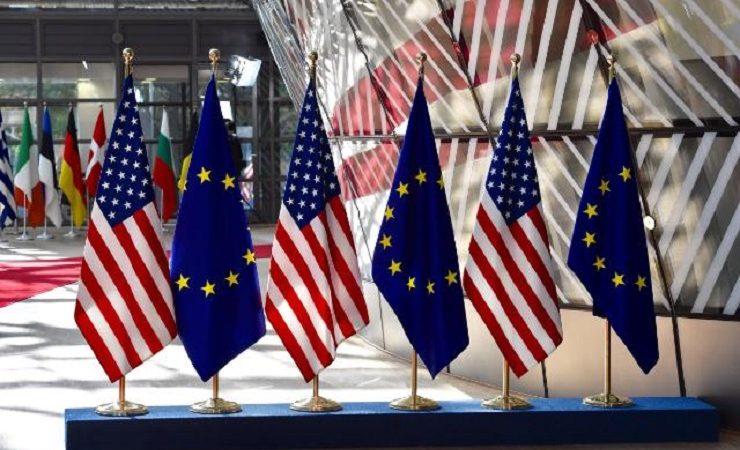 Flagi UE i USA w KE, źródło KE