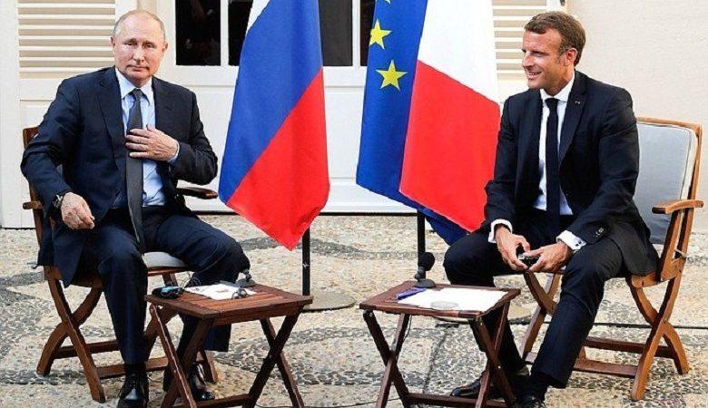 Spotkanie prezydentów Władimira Putina i Emmanuela Macrona w Forcie Bregancon, źródło twitterbielsat.eu