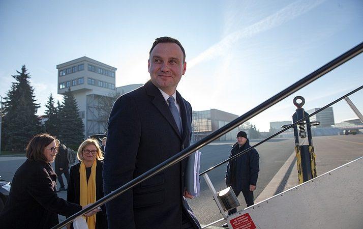 Prezydent Andrzej Duda wsiada do samolotu, źródło KPRP Andrzej Hrechorowicz