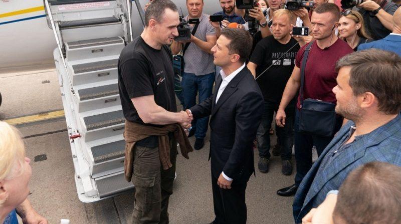 Prezydent Ukrainy Wołodymyr Zełenski wita na lotnisku uwolnionego Ołeha Sencowa, źródło president.gov.ua