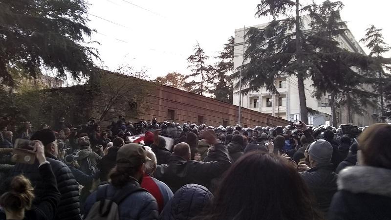 Protest w Tbilisi, listopad 2019, źródło twitter peterliakhov