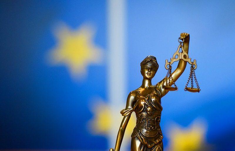 Symbol sprawiedliwości w tle unijne gwiazdki, źródło KE