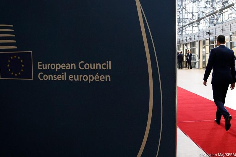 Premier Mateusz Morawiecki w drodze na posiedzenie Rady Europejskiej, źródło Krystian Maj KPRM