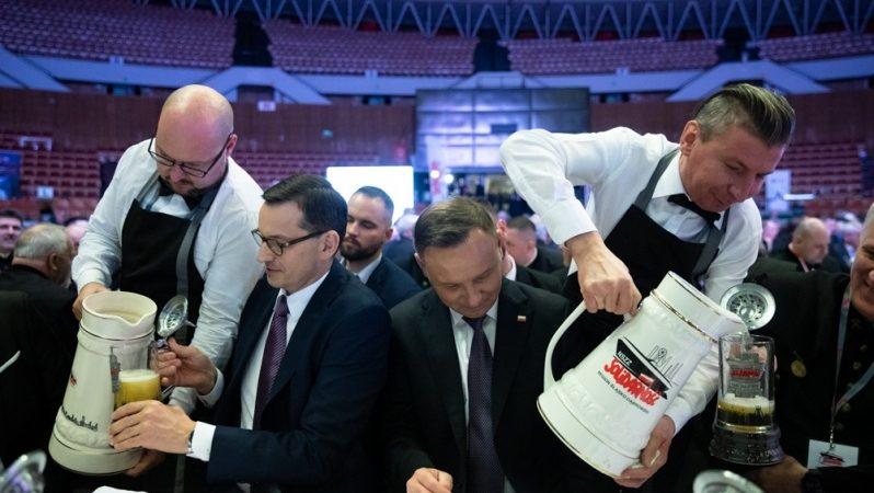 Prezydent Andrzej Duda i premier Mateusz Morawiecki w Karczmie Piwnej, źródło Adam Guz KPRM
