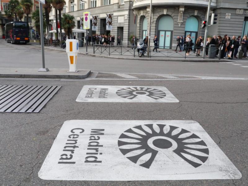 Oznaczenia na wjeździe do strefy Madrid Central, źródło: Wikipedia/Diario de Madrid (CC BY 4.0)