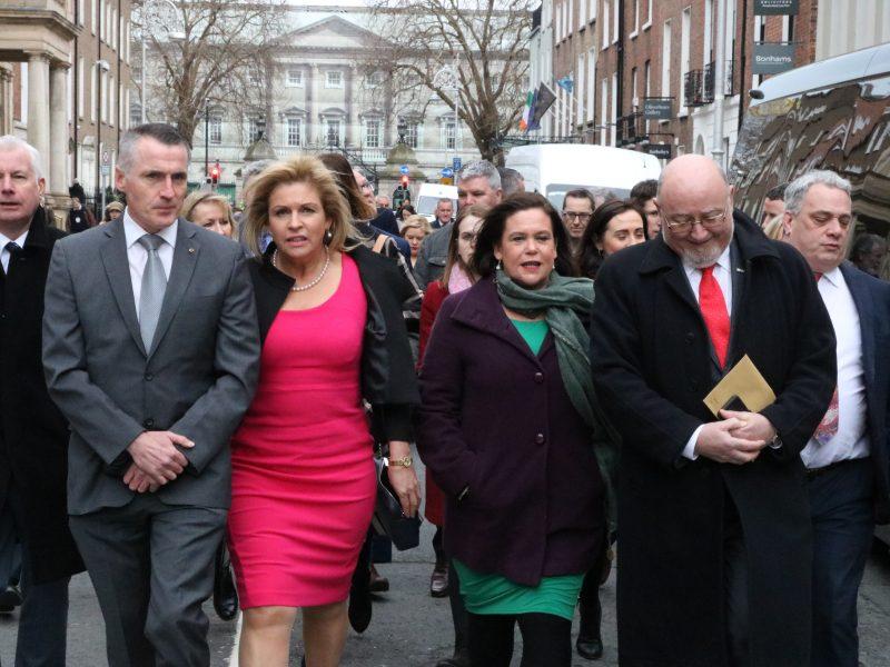 Posłowie Sinn Fein w drodze do parlamentu. Mary Lou McDonald czwarta od lewej, źródło: Flickr/Sinn Fein (CC BY 2.0)