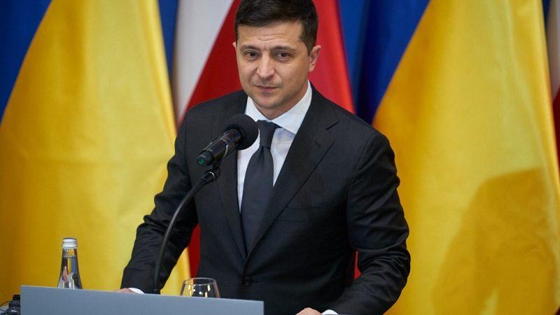 Prezydent Ukrainy Wołodymyr Zełenski na tle flag Polski i Ukrainy, źródło president.gov.ua