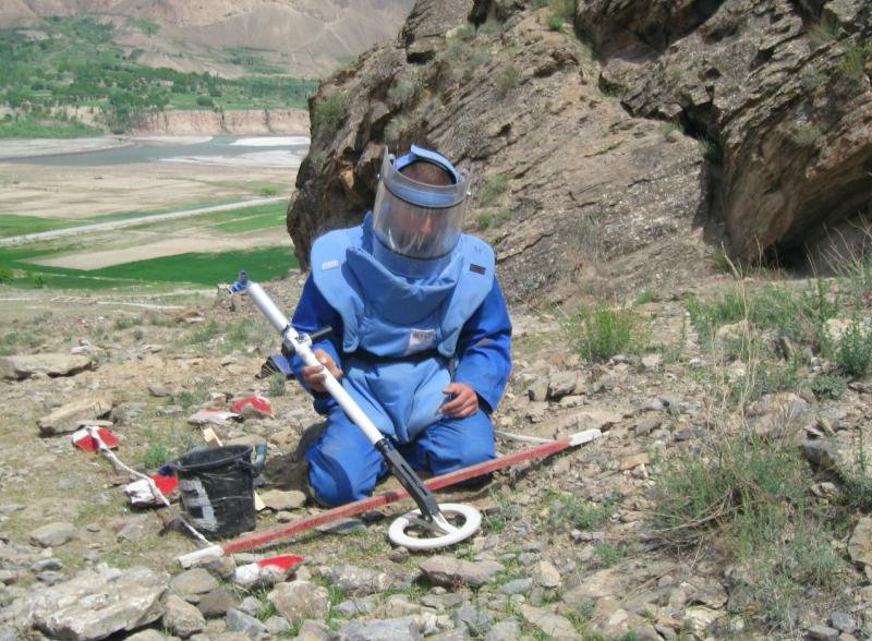Saper rozbrajający starą minęprzeciwpiechotną, źródło: Flickr/UNDP Tajikistan (CC BY-NC-ND 2.0)