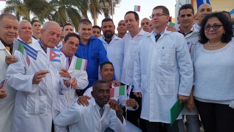 Kubańscy lekarze tuż przed odlotem do Włoch na lotnisku w Hawanie.
