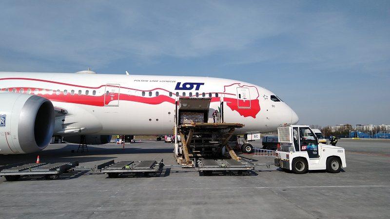Pierwszy samolot z pomocą Chin dla Polski w walce z epidemią koronawirusa, źródło kghm.com pl