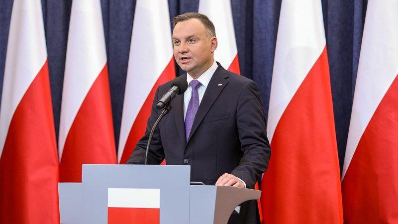 Prezydent Andrzej Duda na tle polskich flag, źródło Krzysztof Sitkowski KPRP