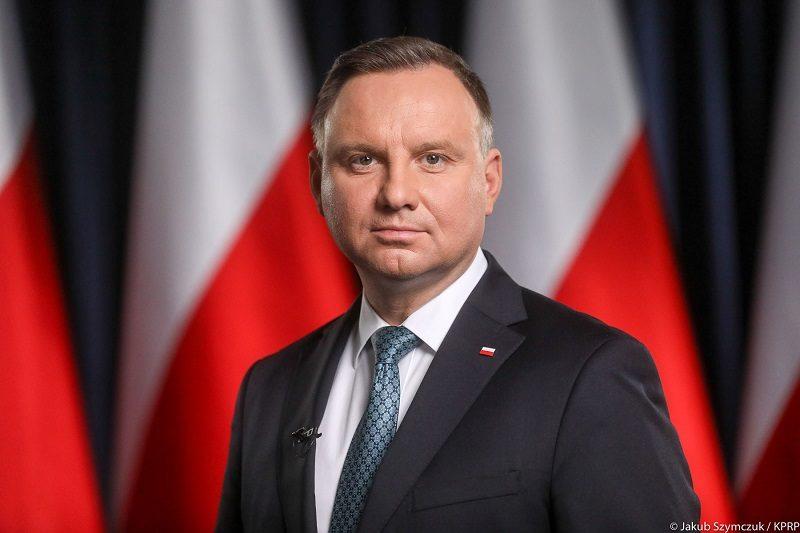 Prezydent Andrzej Duda z polskimi flagami w tle, źródło Jakub Szymczuk KPRP