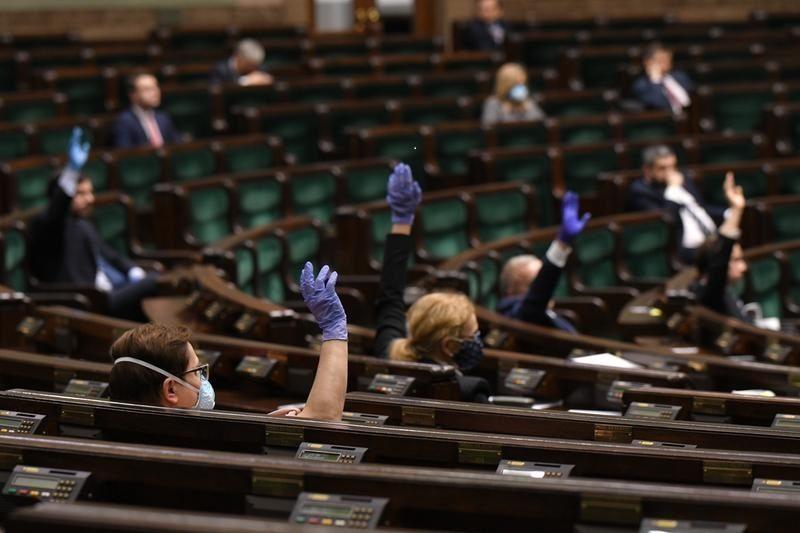 demokracja, pandemia, Polska, autorytaryzm, USA, Węgry, Unia Europejska, reformy rządy nieliberalne, prawa człowieka