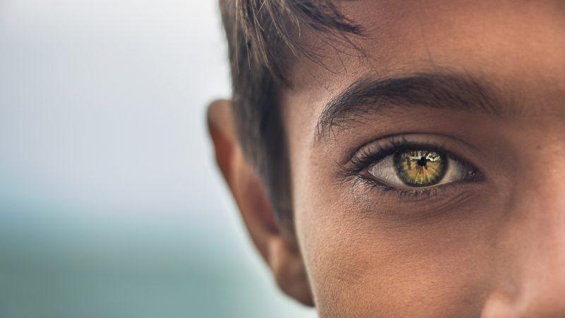 Chłopiec o złotych oczach / Iran. Photo by MohammadHosein Mohebbi on Unsplash
