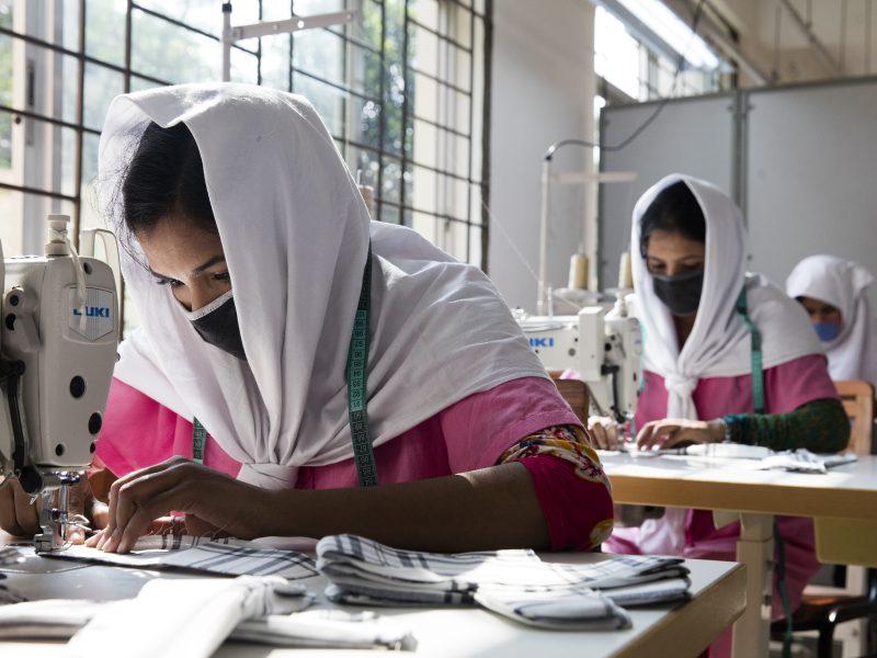 Bangladesz jest, po Chinach, drugim światowym eksporterem odzieży. Z powodu kryzysu światowe marki wycofały zamówienia na ponad 3 mld dolarów i nie chcą płacić za to, co już zrealizowano.