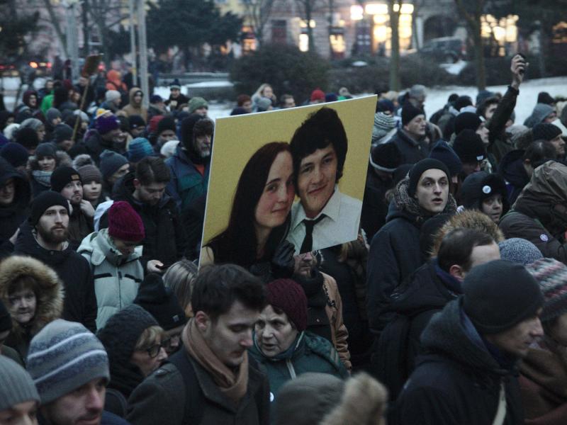Dziennikarz śledczy Jan Kuciak oraz jego partnerka Martina Kušnírova zostali zastrzeleni w domu w lutym 2018 r. Na zdjęciu demonstracja z marca 2018 r. w Bratysławie poświęcona pamięci zamordowanej dwójki. /Zdjęcie via flickr.com @Peter Tkac licencja (CC BY-SA 2.0)