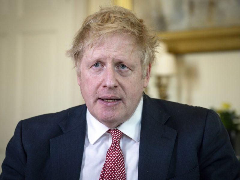 Premier Wielkiej Brytanii Boris Johnson broni Dominica Cummingsa, swojego najbliższego doradcy, przed zarzutem złamania zasad kwarantanny.