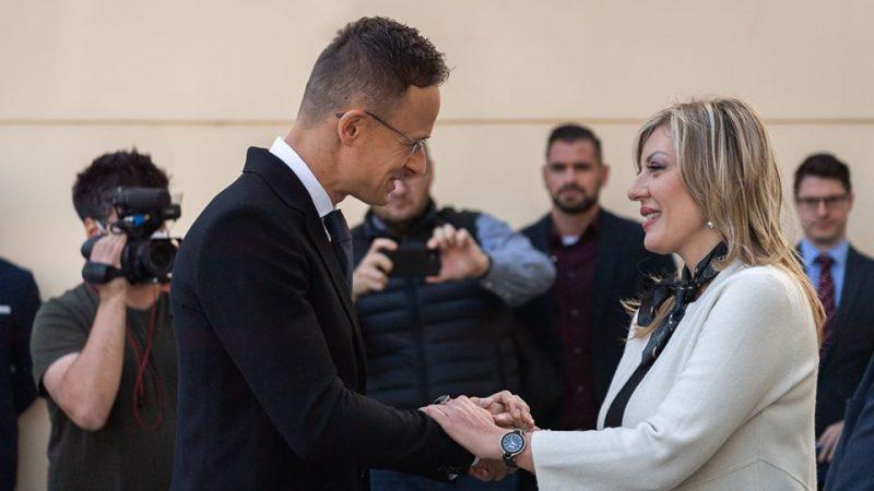 Szef dyplomacji Węgier Péter Szijjártó rozmawia z serbską minister ds. integracji europejskiej Jadranką Joksimović.