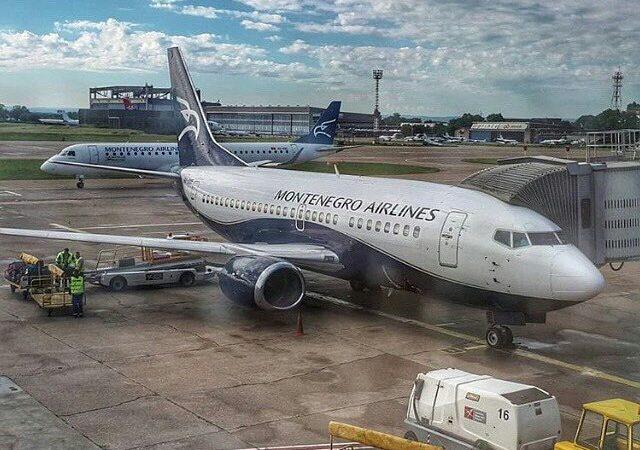 Samolot linii Montenegro Airlines na płycie lotniska im. Nikoli Tesli w Belgradzie.