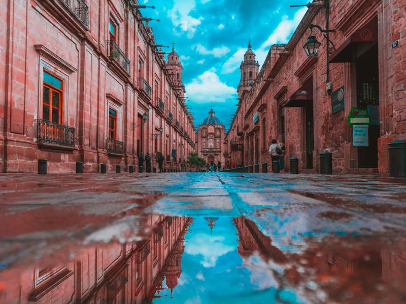 Ulice wielu miast w Ameryce Południowej opustoszały. WHO ocenia, że epicentrum pandemii znajduje sięwłaśnie na tym kontynencie (Photo by Jezael Melgoza on Unsplash)
