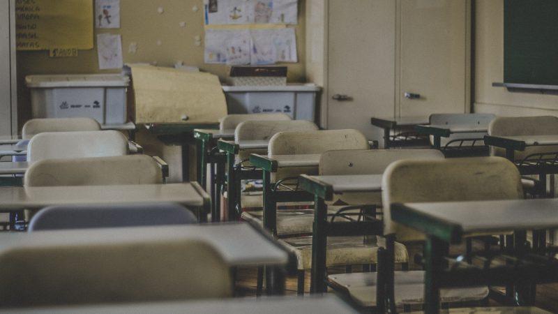 MEN nie zdecydował wciąż, czy uczniowie wrócą jeszcze w tym roku szkolnym do swoich ławek. (Photo by Feliphe Schiarolli on Unsplash)