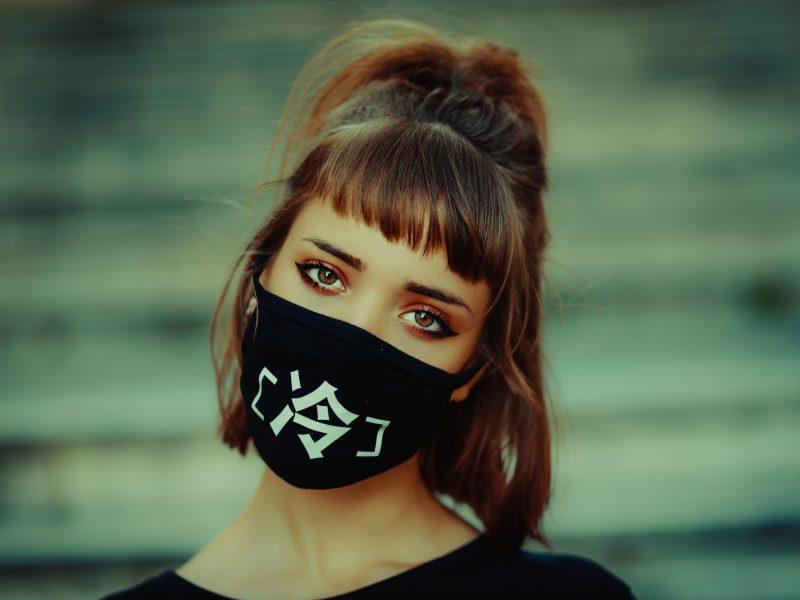 Dziewczyna w maseczce. Fot. Flavio Gasperini on Unsplash