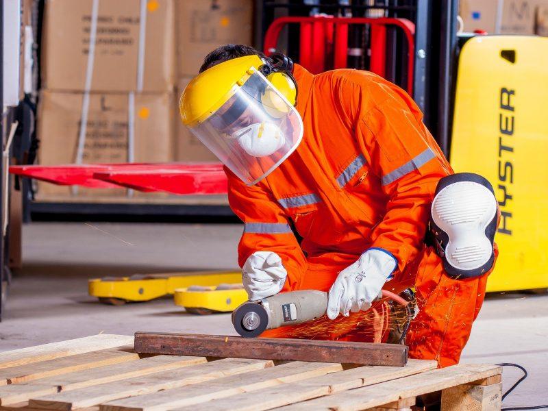 Pracownik w fabryce, fot. Pixabay