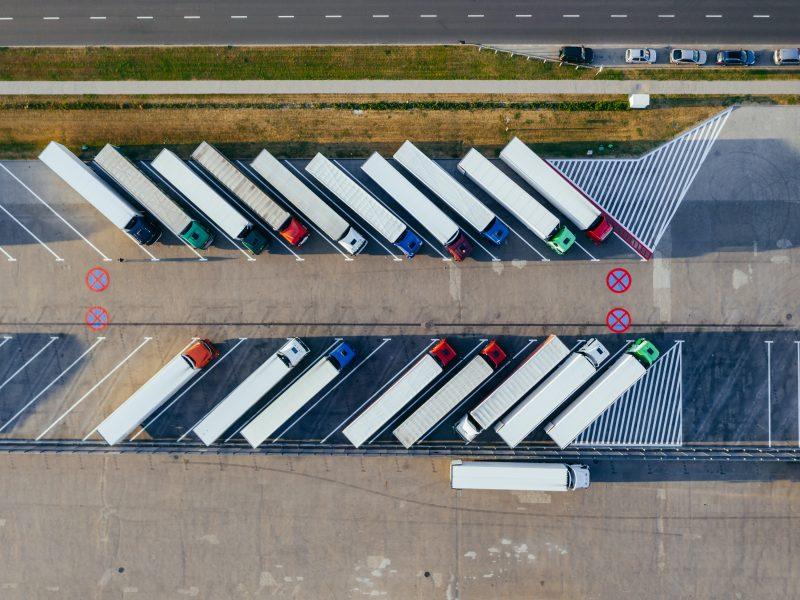 Ciężarówki (Photo by Marcin Jozwiak on Unsplash)