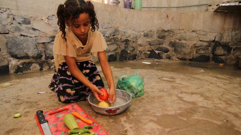 Dziewczyna w ośrodku pomocy humanitarnej ONZ w Jemenie