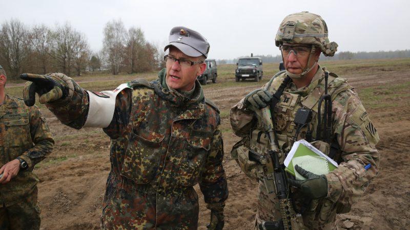 Niemiecki i amerykański oficer podczas ćwiczeń w Letzlingen (U.S. Army photo by Sgt. Ian Schell/Not Reviewed)
