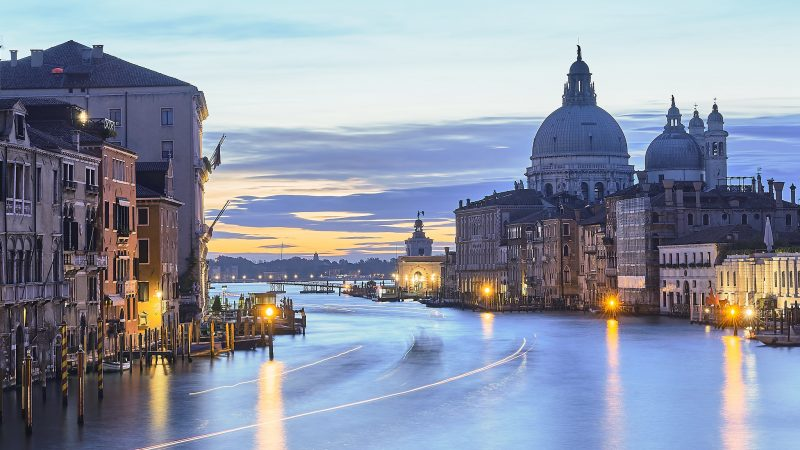Włochy znoszą ograniczenia w podróżowaniu dla mieszkańców. Sukcesywnie otwierane są kolejne instytucje kultury.